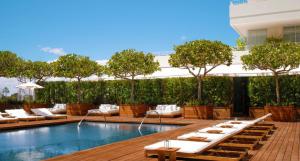 modern hotel honolulu pool
